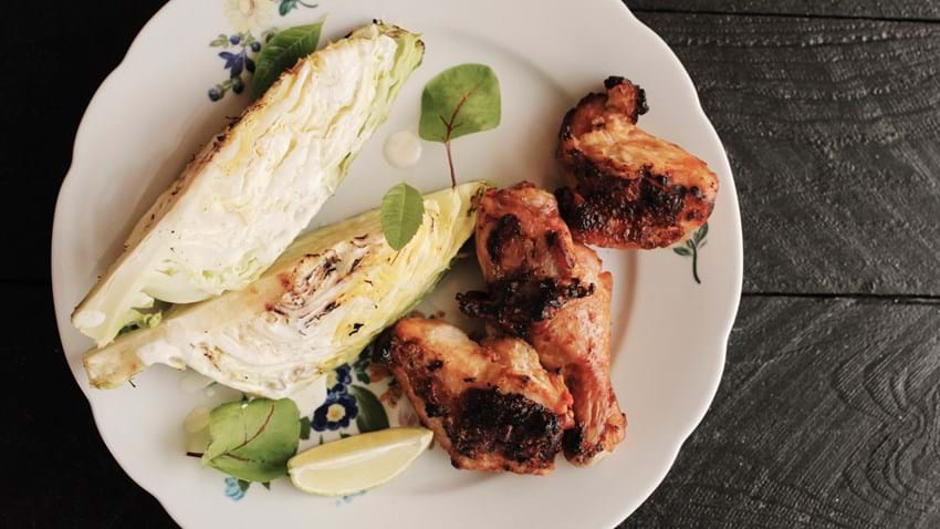 Grillet kylling og spidskål med mormordressing