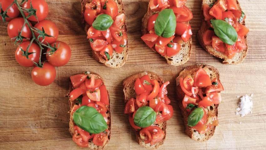 Bruschetta med tomat og hvidløg