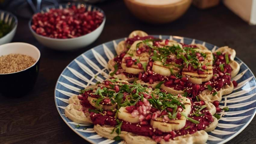 Madvafler med rødbedehummus og grillost