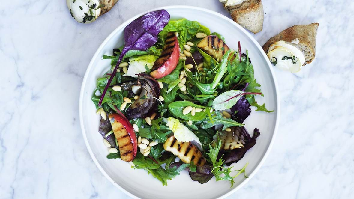 Salat med grillet æble og gedeostebrød
