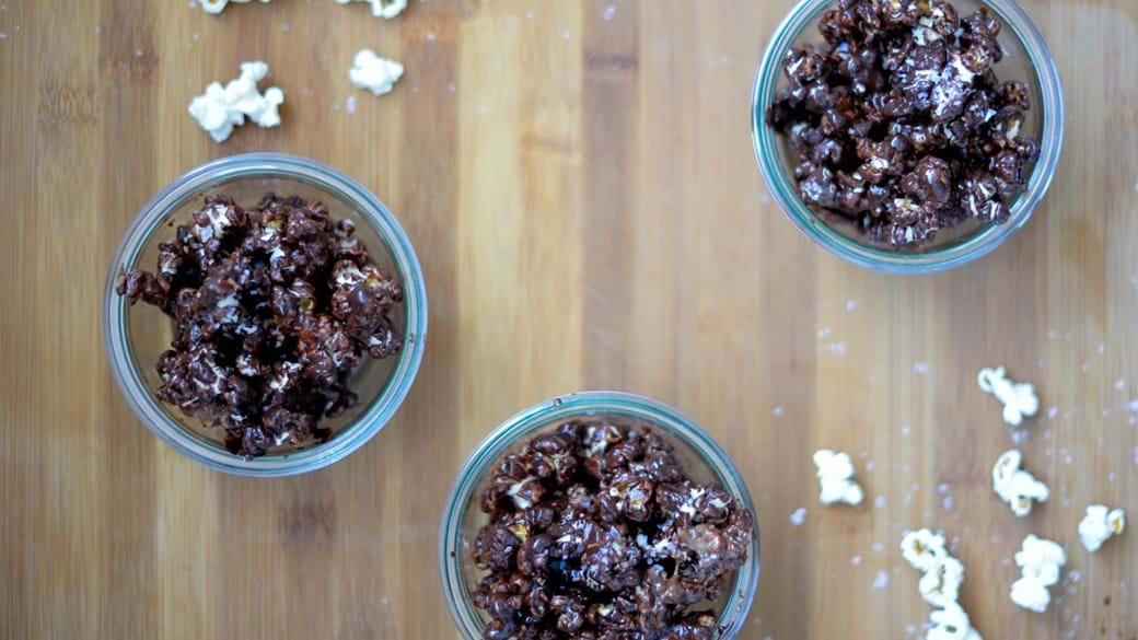Popcorn med chokolade og peanut butter