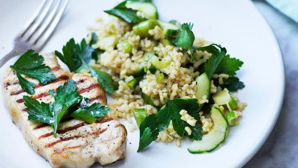 Frilandskotelet og bulgursalat med forårsløg og agurk