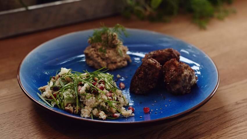 Oksedeller med mandelhummus og quinoa-salat
