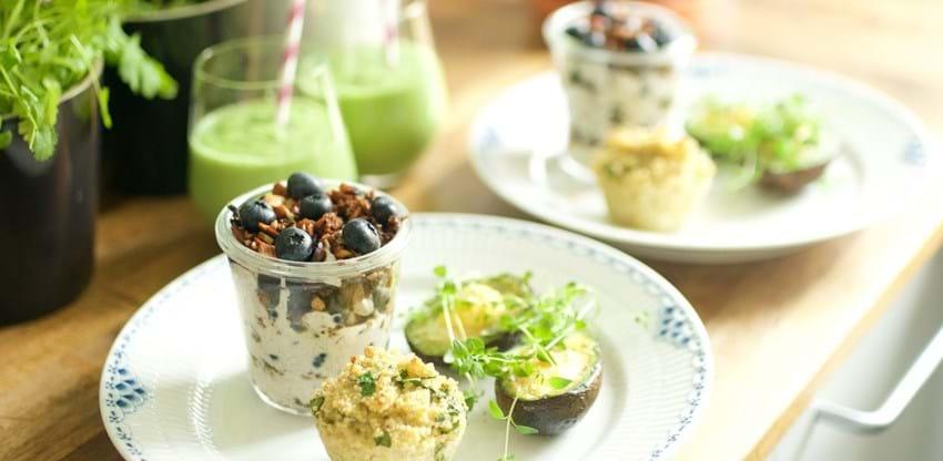 Brunch med blåbærtrifli, avocado og muffins