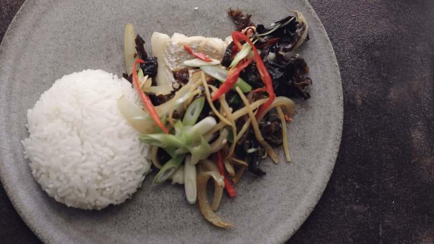 Thai torsk med asiatiske svampe, ingefær og ris