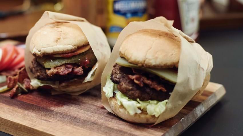 Klassisk burger med salat og bacon