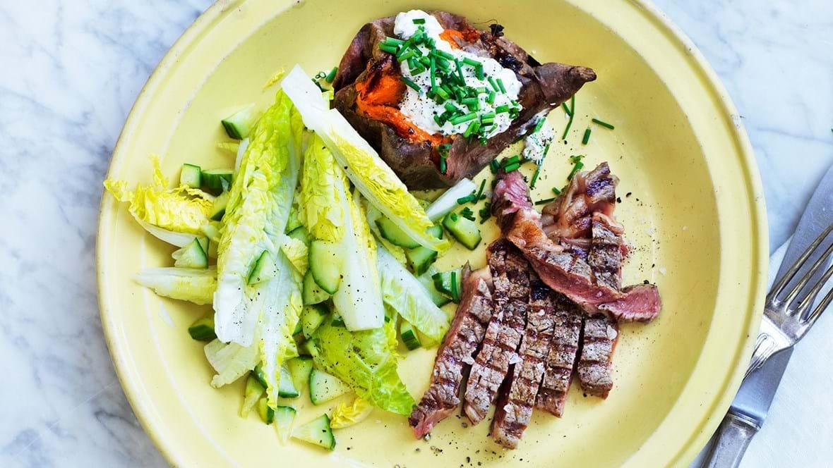 Oksebøf med bagte søde kartofler og sauce verte