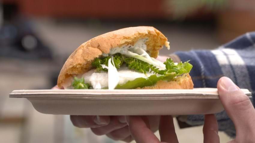 Fiskeburger med grillede torskefileter og sauce tartare