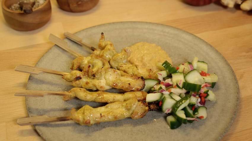 Kyllingesatay med agurkesalat
