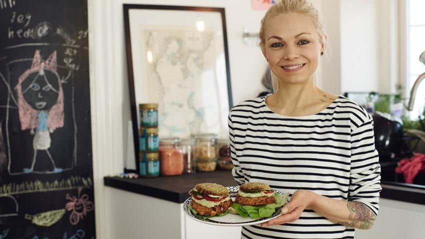 Vegetarisk burger med chilimayo og avocadocreme