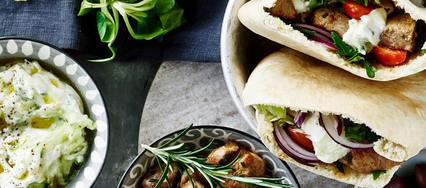 Græske pitabrød med krydret svinekød