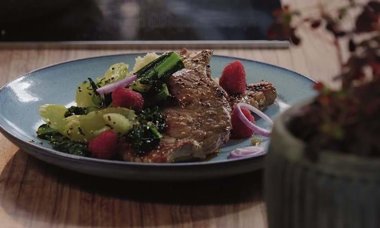 Pandestegte lammekoteletter med couscous og hindbær
