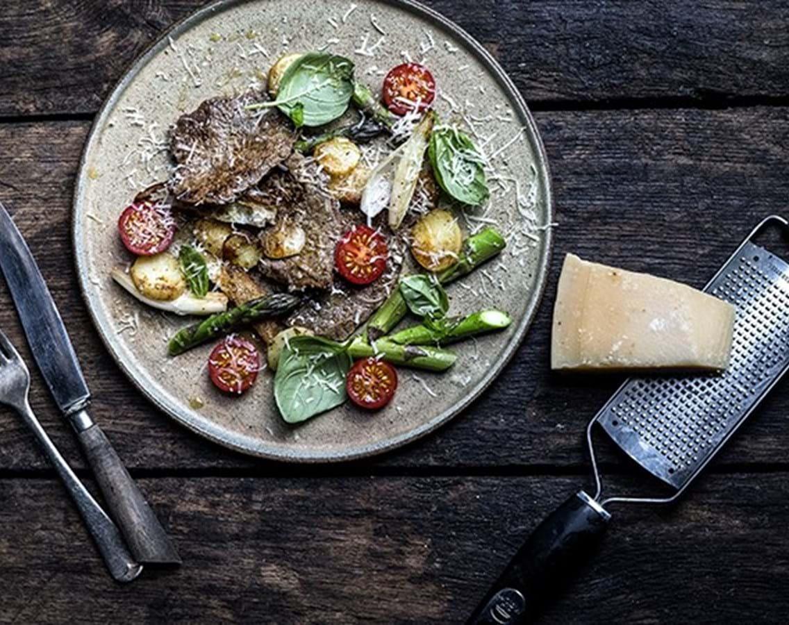 Steaks med grønne asparges og kartofler