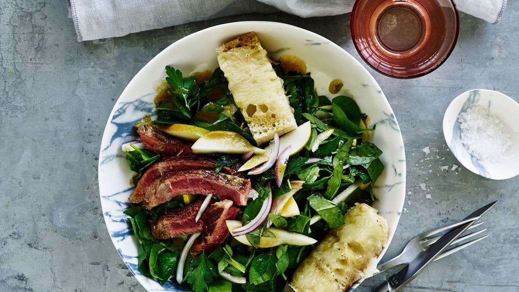 Salat med oksebøf og grillede ostebrød