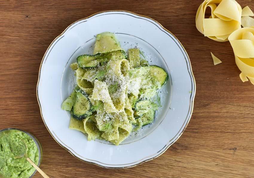 Pappardelle med friske grøntsager og selleripesto