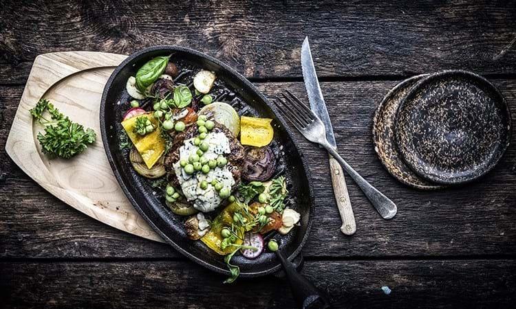 Grillet hakkebøf med sprøde grøntsager