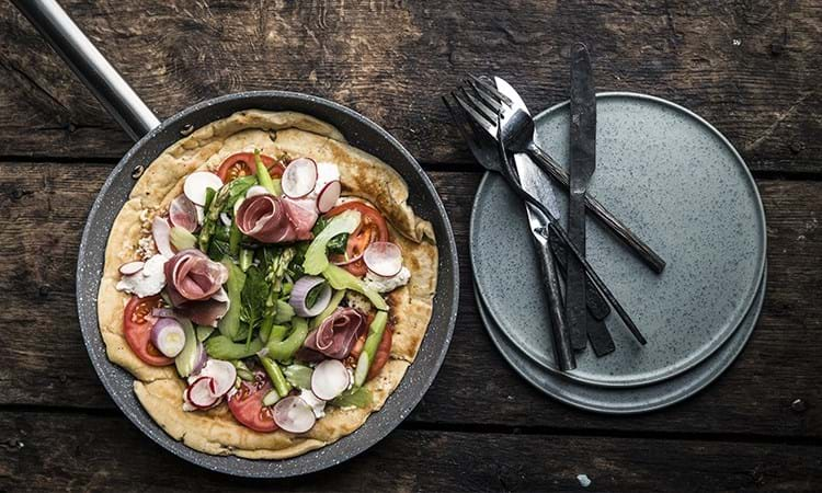 Pandestegt pizza med rygeost og grøntsager
