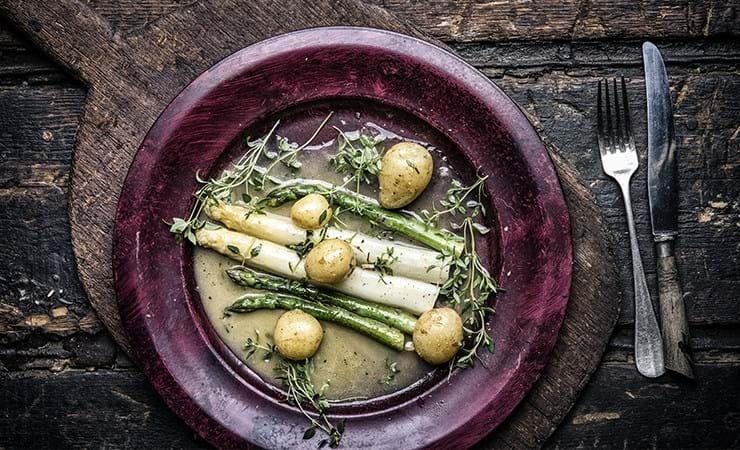 Asparges med nye kartofler, smørsauce og frisk timian