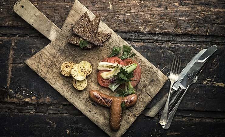 Kålpølser med nye kartofler og ristet rugbrød