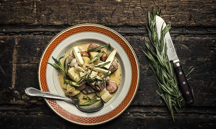 Frikassé med and, nye kartofler og asparges