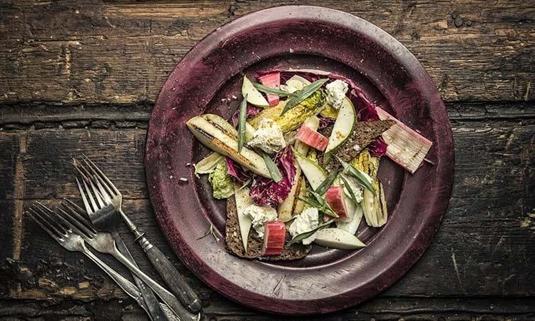 Grillet salat med pære, rygeost og sprødt rugbrød