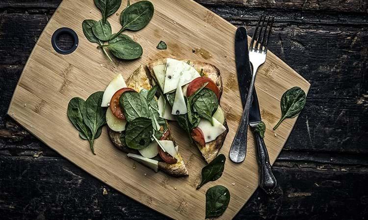 Vegetarpizza med kartofler og spinat