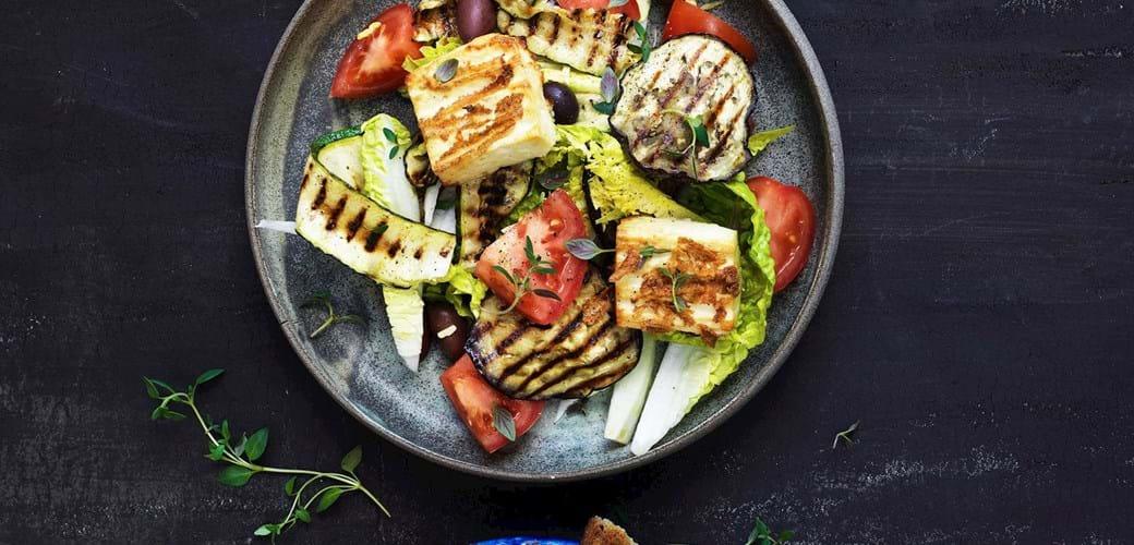 Salat med grillet ost, aubergine og sprøde brød