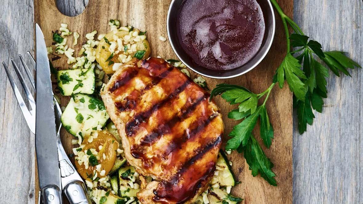 Grillet kotelet med bulgursalat og barbecuesauce