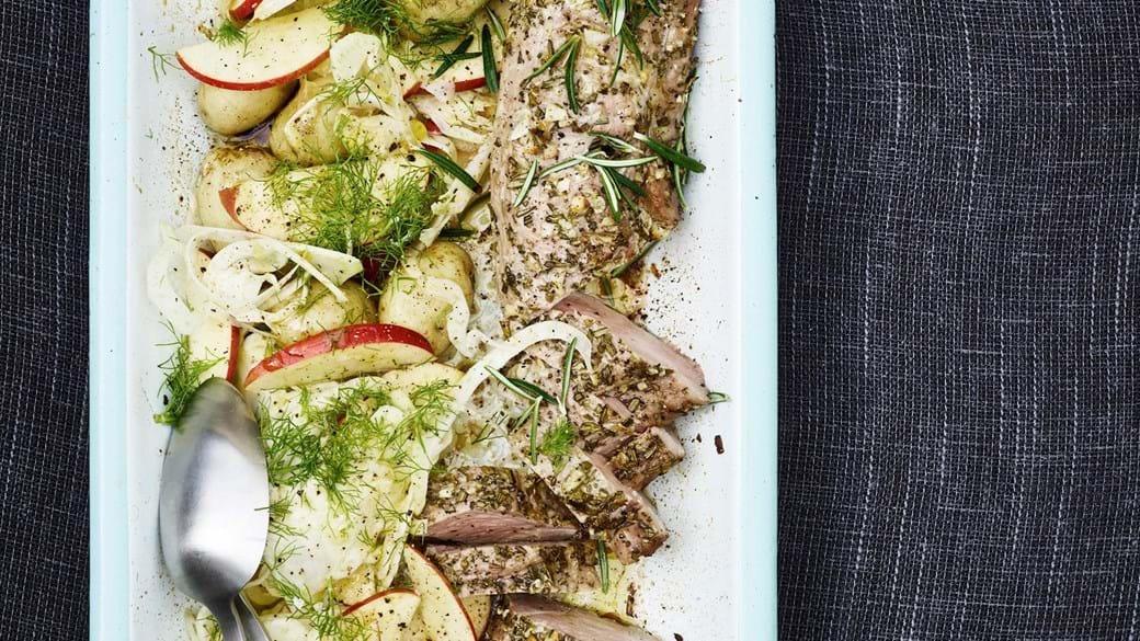 Krydret svinemørbrad og kartoffelsalat med fennikel og æble