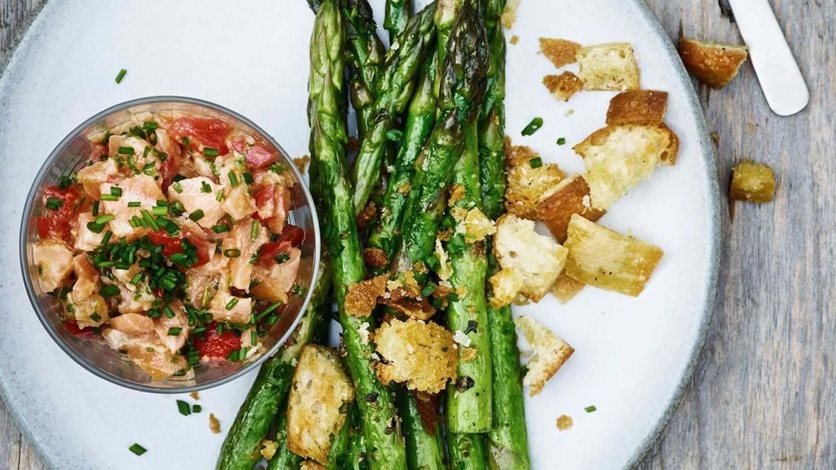 Laksetatar med stegte asparges og sprøde croutoner