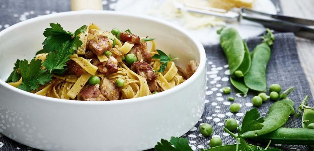 Pasta med bacon, citron og friske ærter