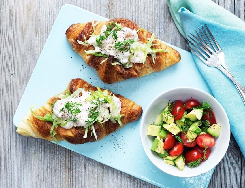 Croissanter med rejer, cremefraiche og avocadosalat