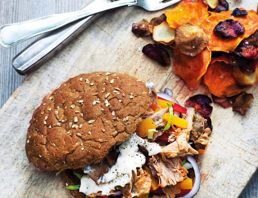 Pulled pork-burger med fersken og rodfrugtchips