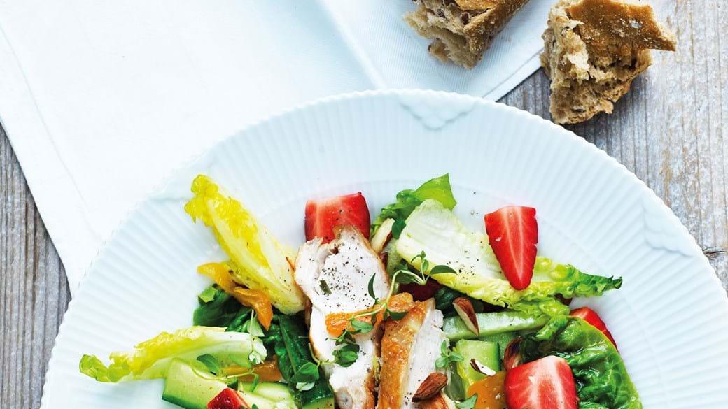 Sommersalat med jordbær og stegt kyllingebryst