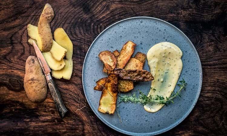 Sprøde chips af kartoffelskræl serveret med bearnaise