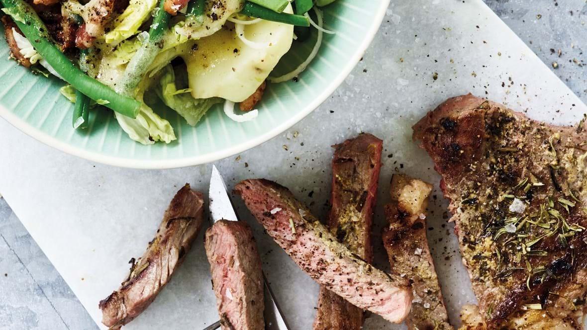 Krydret bøf og bønnesalat med bacon