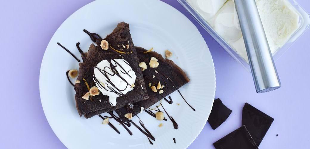 Chokoladepandekager med is og hakkede mandler
