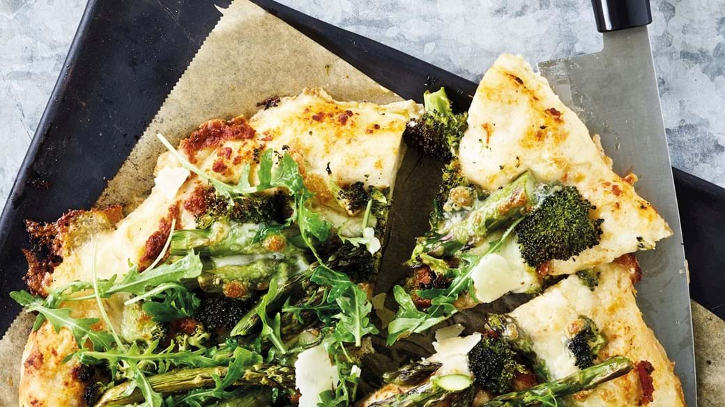 Pizza med broccoli og asparges