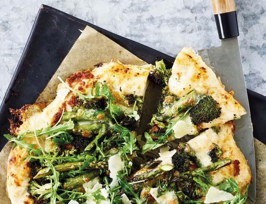 Pizza med broccoli og asparges