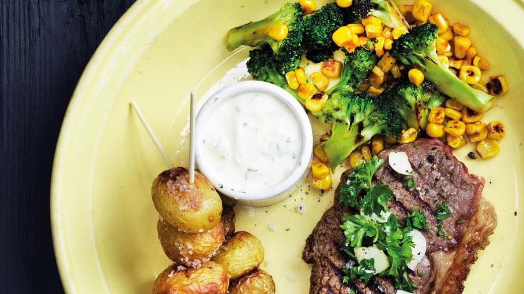 Bøf med stegte grøntsager og bagte kartofler