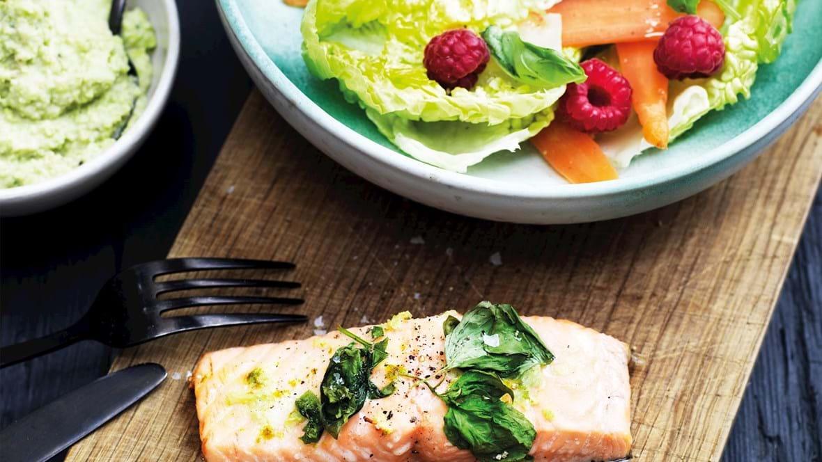Laks med edamamebønnemos og salat med hindbær
