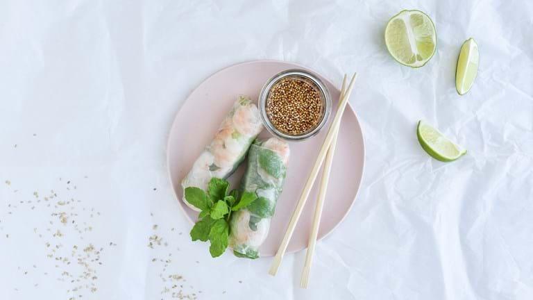 Friske forårsruller med rejer, asparges og mynte