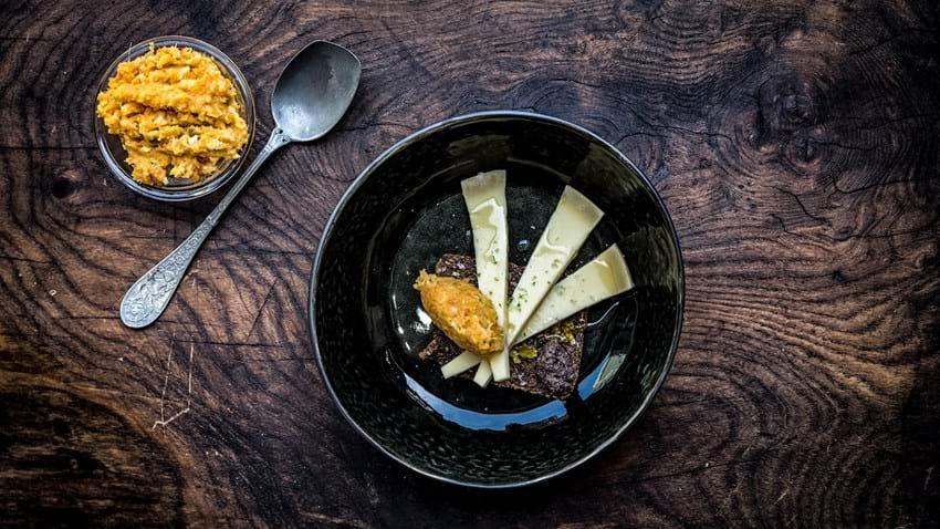 Sprødt rugbrød med ost og citruskompot
