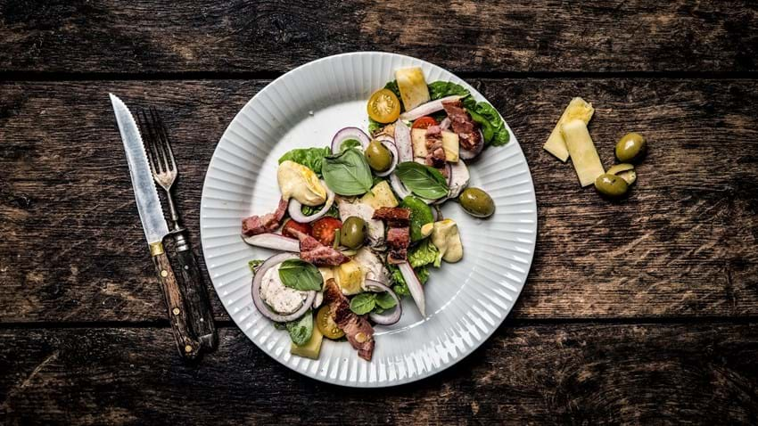 Sprød salat med kylling, bacon, ananas og karrydressing