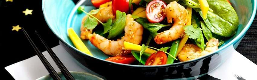 Asiatisk salat med tigerrejer, mango og sesamdressing