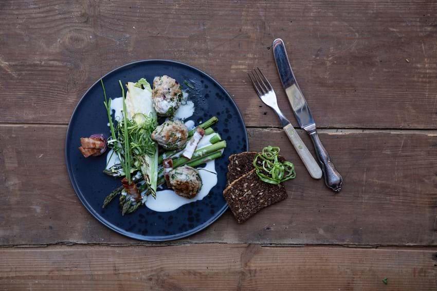 Grillede frikadeller med grønne asparges og friske krydderurter