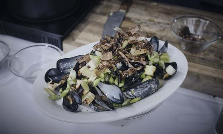 Dampede blåmuslinger med sprøde grøntsager