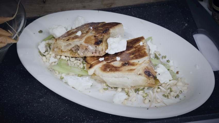 Sprød butterdej med krydret oksekød og feta