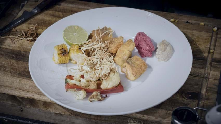 Laksenuggets med stegte nudler og grøntsager