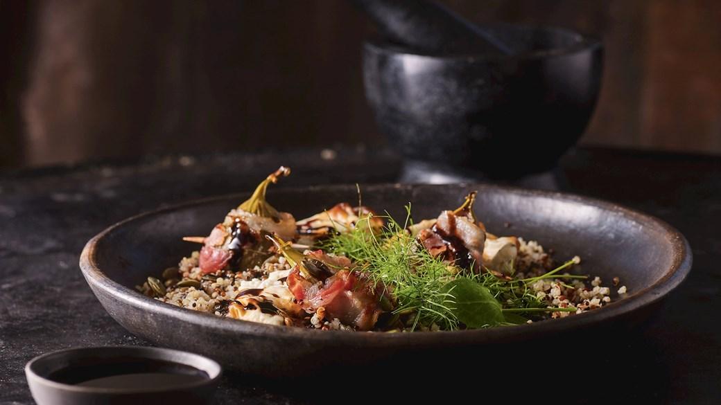 Baconbagte figner med  gedeost i sprød filodej